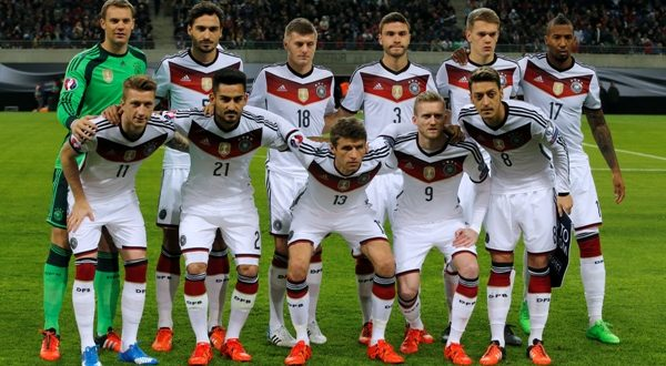 Germany players pose for a team photo prior to the Euro 2016 group D qualification soccer match against Georgia in Leipzig, Germany October 11, 2015.   REUTERS/Fabrizio Bensch  - RTS408M