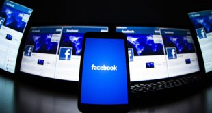 The loading screen of the Facebook application on a mobile phone is seen in this photo illustration taken in Lavigny May 16, 2012. Facebook is trying to lure skeptical advertisers in India, one of its biggest but also hardest to crack markets in the world, with tactics like free email support for questions about advertising and advice on increasing sales for businesses.   REUTERS/Valentin Flauraud/Files